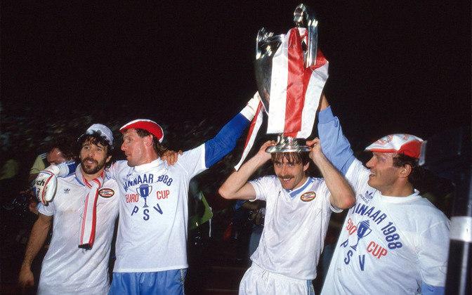 PSV - 1988 - O PSV Eindhoven foi outro clube holandês a garantir a tríplicecoroa.A final da Champions foi contra o Benfica. Após empate sem gols em Stuttgart, as equipes decidiram o título nos pênaltis. Melhor para os holandeses: 6 a 5.