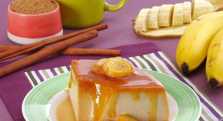 Pudim de banana e canela é delicioso e prático. Confira a receita no Guia da Cozinha. Experimente!