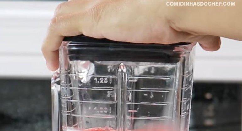 Pudim de Creme de Leite com Gelatina de Morango