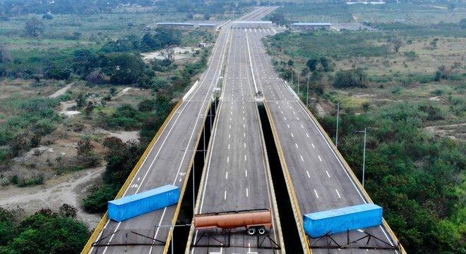 O governo de Nicolás Maduro fechou suas fronteiras para barrar a entrada de ajuda prometida por Guaidó