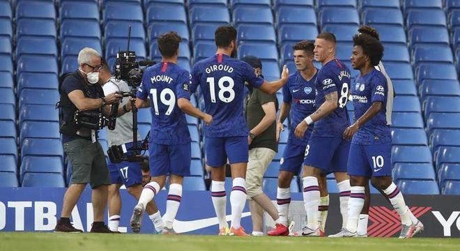 Jogadores do Chelsea comemoram gol em vitória sobre o Manchester City