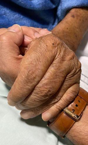 Cantor segurou a mão do pai em foto
