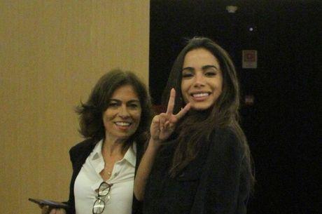Anitta e a mãe, Miriam, que agora tem imóvel próprio