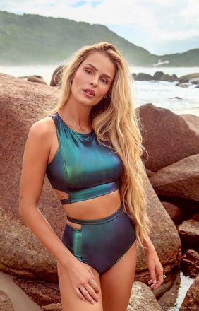 Peças metalizadas são trend de verão e a modelo Yasmin Brunet posou com biquíni furta-cor em ensaio para sua parceria com a Hope Resort