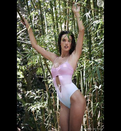 Maiô rosa degradê de Alessandra Ambrosio tem recorte frontal e alça fininha