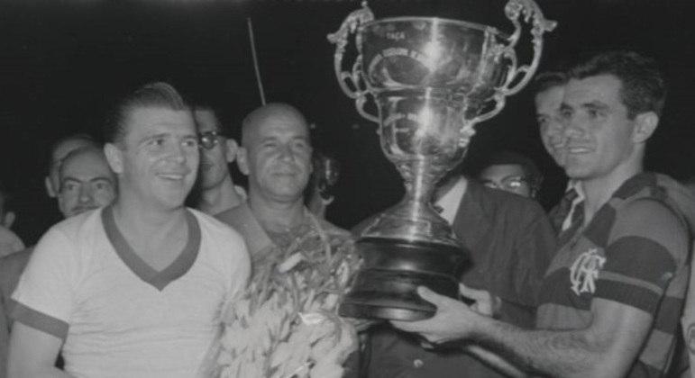 Puskàs, com Evaristo de Macedo, do Flamengo, no Maracanã