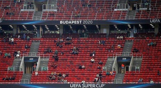 Panorama da Puskás Arena, com o público de volta na Europa