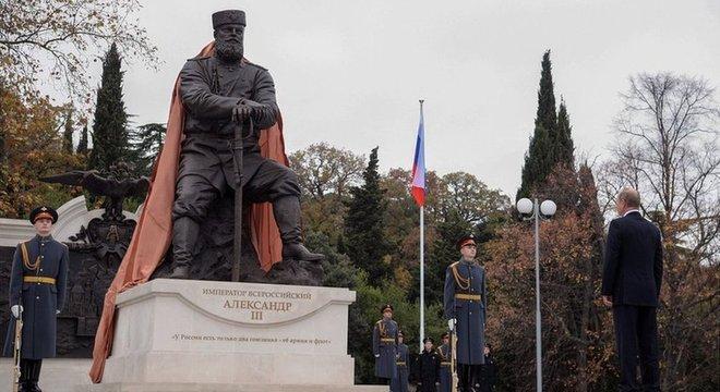 Putin e um monumento ao czar Alexandre III, pai do último czar romanov Nicolau II, em Yalta, na Crimeia, em 2017