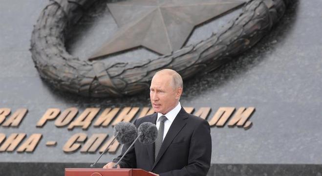 Putin fala durante a cerimônia de inauguração do Memorial Rzhev ao soldado soviético