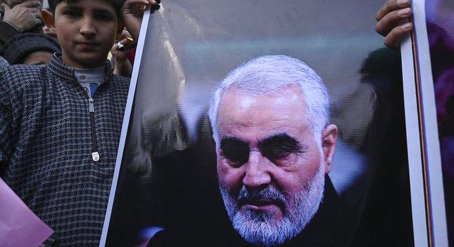 A imprensa dos EUA relatou que Soleimani saía do aeroporto de Bagdá acompanhado de outras pessoas quando foi atacado por drones americanos