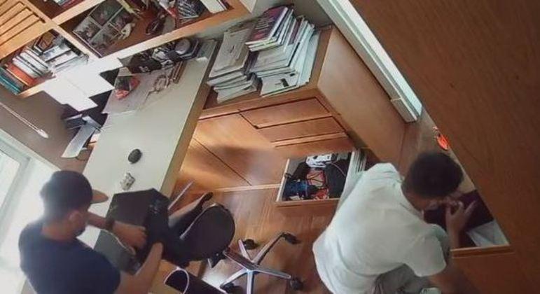 Câmeras flagraram a ação de dois homens em um apartamento de São Paulo