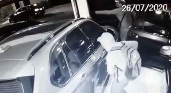 Moradores encontraram três suspeitos dentro da garagem ao chegarem em casa