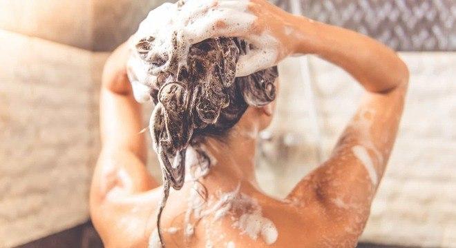 Quais os malefícios de lavar o cabelo com água quente
