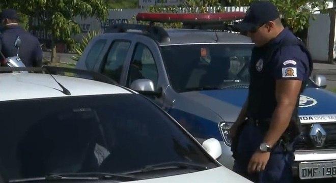 Guardas fazem abordagem a motoristas durante quarentena em Santos