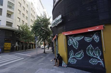 Capital paulista amanheceu com ruas vazias