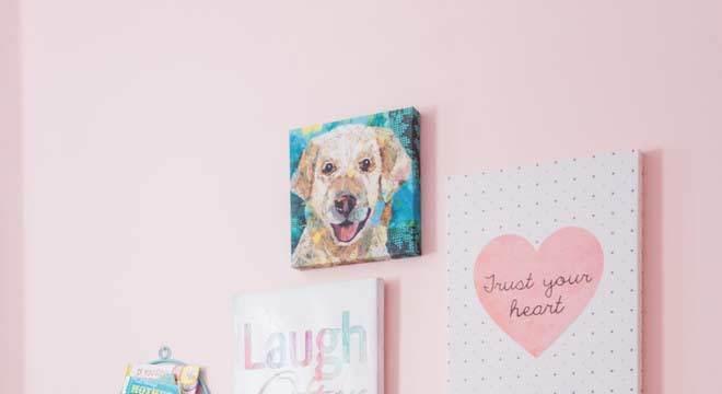 Quarto azul e rosa com quadros decorativos
