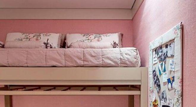 Quarto de menina rosa com piscina de bolinha