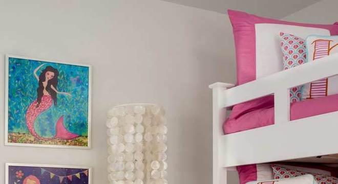 Quarto de menina rosa com quadros de sereia e puff prata
