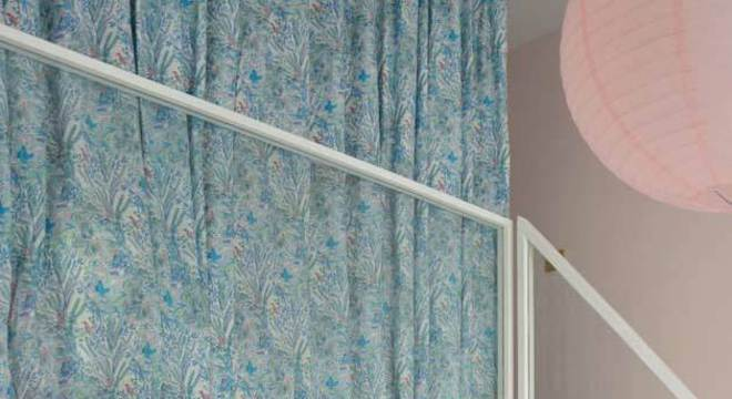 Quarto rosa com cortina combinando
