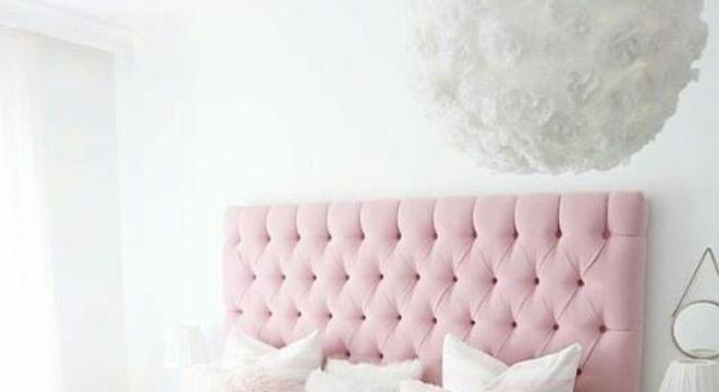 Quarto rosa e branco com almofadas personalizadas