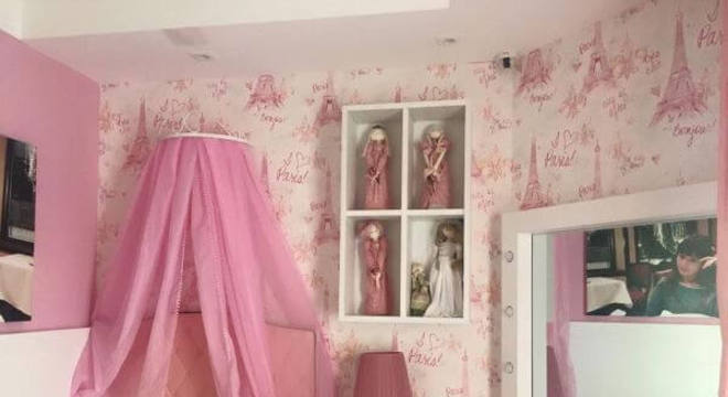 Quarto rosa e branco com penteadeira camarim