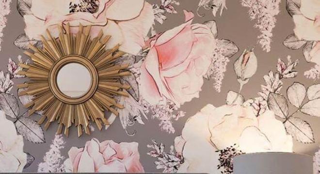 Quarto rosa e cinza com papel de parede floral