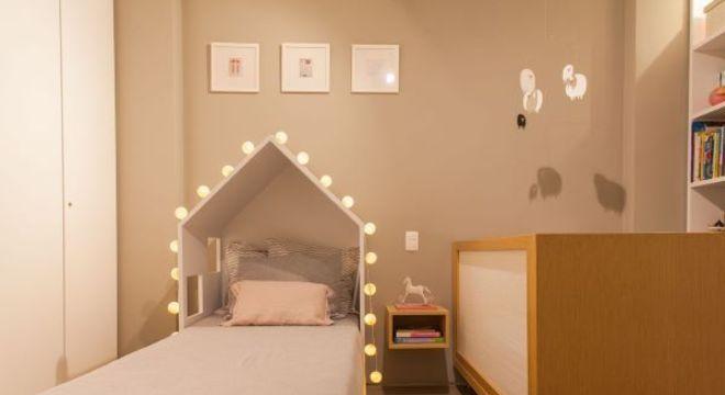 quarto simples também pode ter uma linda cama com formato de casinha