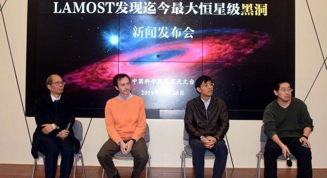 Pesquisadores que contribuíram para a publicação científica respondem a perguntas na apresentação da descoberta no Observatório Astronômico Chinês