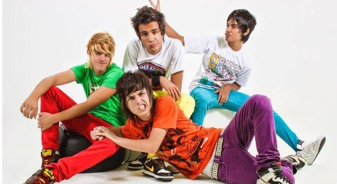 Quatro integrantes da Restart posam para foto com roupas coloridas