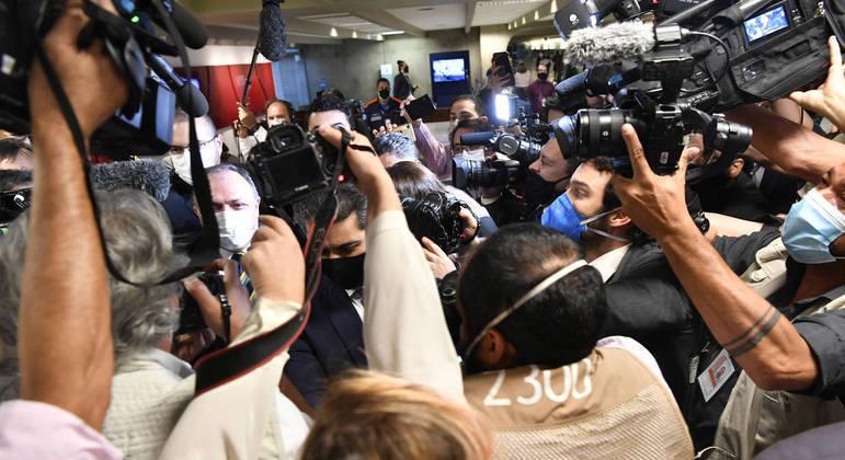 Repórteres e equipes técnicas se deslocam diariamente e enfrentam situação de risco