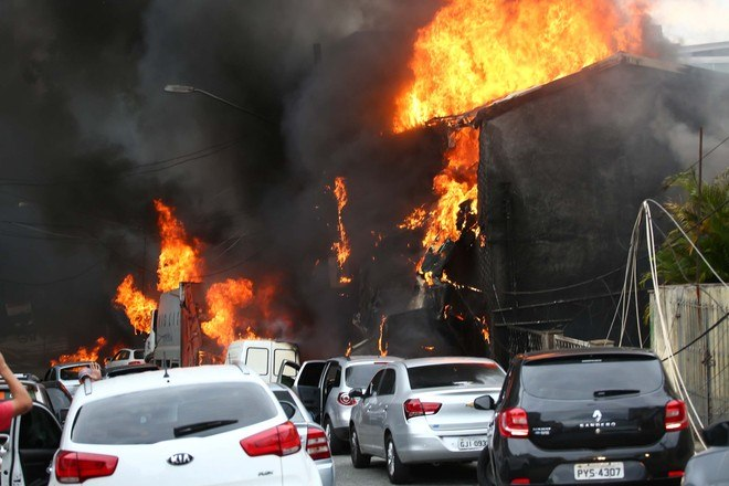 Acidente atingiu ao menos duas casas e quatro veículos e ocorreu a 100 metros de um posto de gasolina