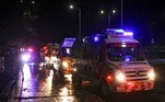 Fila de ambulâncias aguardam na porta do aeroporto de Calicute para resgatar vítimas do acidente aéreo