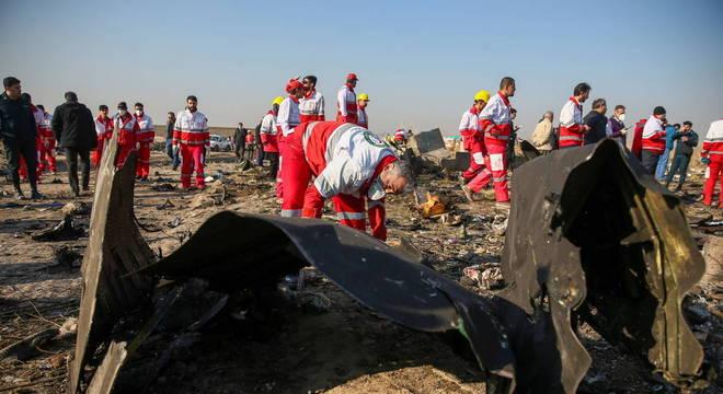 Avião da Ukranian Airlines foi destroçado: Irã diz que míssil foi atirado por engano