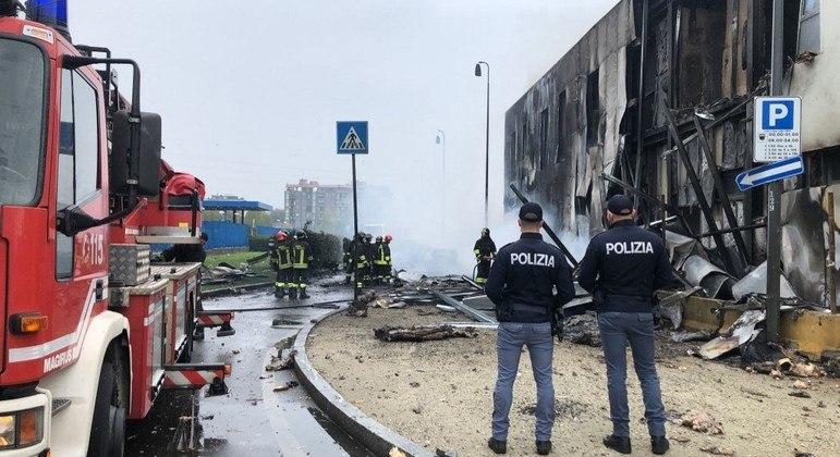 Avião atingiu prédio que funcionava como estacionamento, na cidade de San Donato