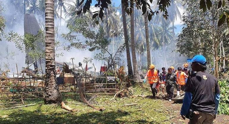 Sobe para 45 o número de mortos em queda de avião militar nas Filipinas