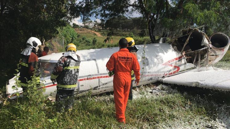 Segundo a Infraero, a aeronave L35A, da Laerjet, saiu da pista após tentar pousar sem o trem de pouso. Inicialmente, o Corpo de Bombeiros havia informado que o avião havia caído no local