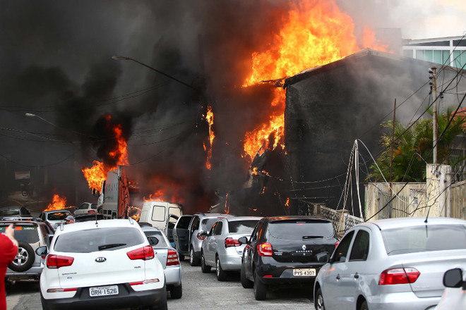 Um avião de pequeno porte caiu na zona norte de São Paulo na tarde desta sexta-feira (30). A aeronave atingiu casas e carros