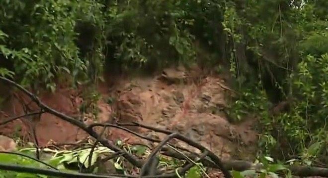 Queda de barreira provoca interdição da rodovia Anchieta sentido SP