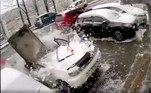 Um vídeo chocante mostra o momento em que um russo escapa da morte, quando um bloco de concreto cai de um prédio e destrói o carro em que ele ia entrar