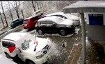 Primeiro, uma pedra caiu na frente do veículo...