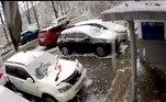 Segundo o Daily Mail, o registro foi feito por uma câmera de segurança de Vladivostok, cidade no extremo leste russo (e famosa para quem jogou War)NÃO PERCA:Jiboia desiste de jantar gato ao levar bicuda e paulada de moradores