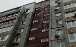 Imagens posteriores revelaram que ele caiu do alto de um prédio, a cerca de 30 m do chão
