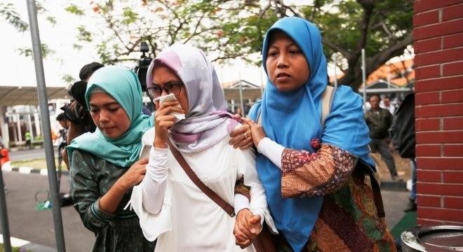 Familiares dos passageiros chegam ao centro de crise no Aeroporto Internacional Soekarno Hatta