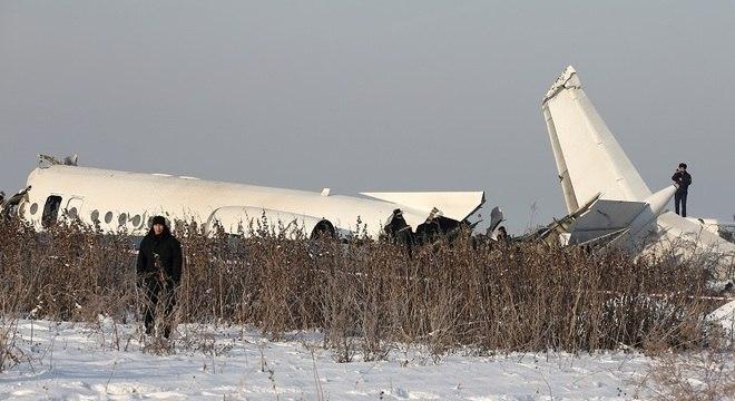 Equipes de socorro procuram por sobreviventes após queda de avião