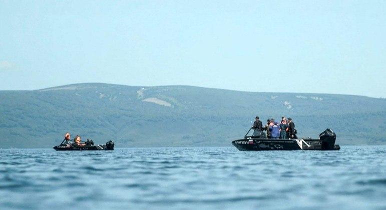 Helicóptero que caiu em lago na Rússia tinha 13 turistas e três tripulantes a bordo