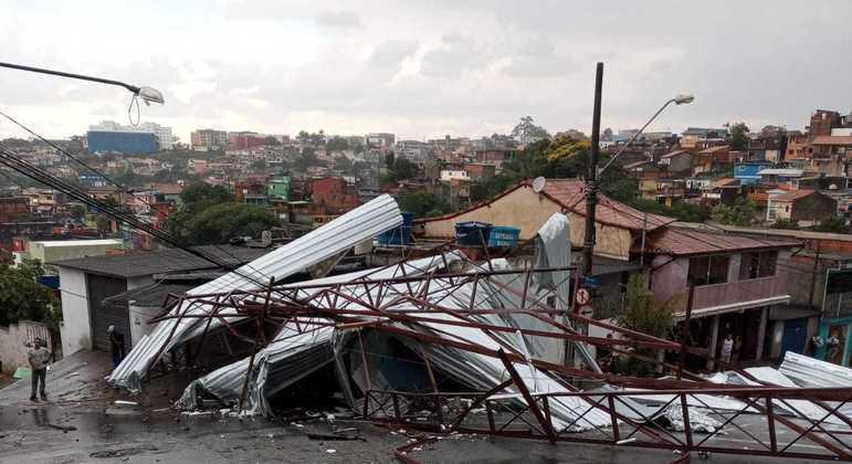 Queda de telhado em Itapecerica