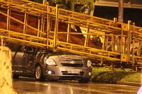 Dois ônibus e um carro foram atingidos pela passarela de apoio que caiu sobre a marginal do Tietê