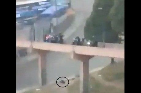 Imagem mostra uma vítima caída ao lado da passarela
