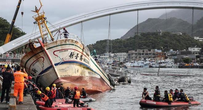 Ponte desabou sobre barcos no porto de Nanfang'ao, em Taiwan