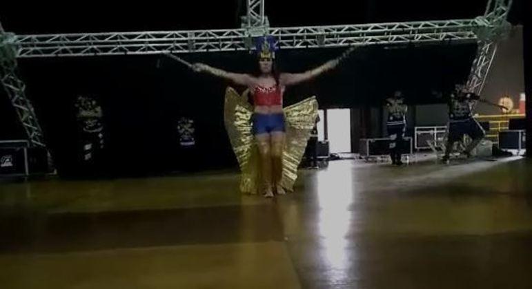 Por instantes, bailarina principal do espetáculo não foi atingida pela estrutura